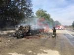 LA LOGGIA - Camper prende fuoco durante la marcia: conducente in salvo - FOTO - immagine 3