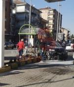 DRAMMA A CARMAGNOLA - AUTO FINISCE DENTRO LA PENSILINA DEL BUS, DONNA GRAVEMENTE FERITA - FOTO - immagine 4