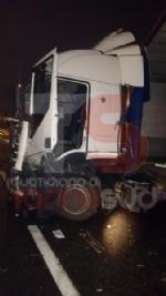 BEINASCO - Camion si schianta sulla tangenziale di Torino: autista ferito - FOTO - immagine 5