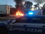 NICHELINO - Esplode una bombola da campeggio nella stazione di servizio: a fuoco un camion e due furgoni - immagine 1
