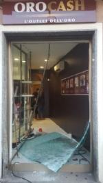 MONCALIERI - Spaccata nella notte da Oro Cash: i ladri abbattono la vetrina con un furgone - immagine 1