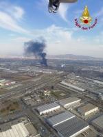 ORBASSANO-TORINO - Brucia unazienda: le immagini dallalto dellenorme colonna di fumo - FOTO e VIDEO - immagine 1