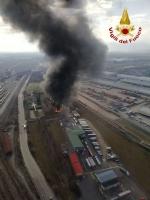 ORBASSANO-TORINO - Brucia unazienda: le immagini dallalto dellenorme colonna di fumo - FOTO e VIDEO - immagine 2