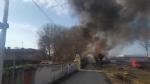 ORBASSANO-TORINO - Incendio devasta il capannone di unazienda: colonna di fumo nero impressionante - FOTO - immagine 3