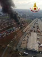 ORBASSANO-TORINO - Brucia unazienda: le immagini dallalto dellenorme colonna di fumo - FOTO e VIDEO - immagine 3