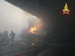 ORBASSANO-TORINO - Brucia unazienda: le immagini dallalto dellenorme colonna di fumo - FOTO e VIDEO - immagine 5