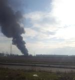 ORBASSANO-TORINO - Incendio devasta il capannone di unazienda: colonna di fumo nero impressionante - FOTO - immagine 1