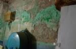 MONCALIERI - Vivevano tra rifiuti ed elettrodomestici pericolosi: i carabinieri li sgomberano - immagine 1