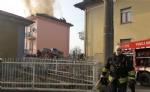 TROFARELLO - Si incendia il tetto di una palazzina: evacuate 14 famiglie - immagine 1