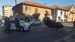 NICHELINO - Incidente stradale: auto finisce ruote allaria nellincrocio - immagine 1