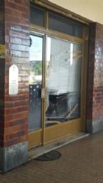 MONCALIERI - Raid vandalico in corso Trieste, distrutta la vetrina di un negozio - immagine 1