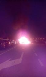 MONCALIERI - Paura al parcheggio del 45esimo parallelo: a fuoco due auto - immagine 1