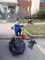 MONCALIERI - Il consigliere comunale pulisce davanti allasilo e trova quattro siringhe - immagine 1