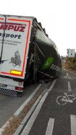NICHELINO - Camion rischia di perdere il carico in via XXV Aprile. Disagi in zona Debouchè - immagine 8