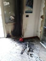 CARMAGNOLA - Due negozi incendiati in via Fratelli Vercelli: i vigili del fuoco hanno trovato tracce di benzina - immagine 2