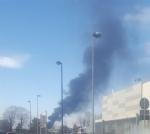 ORBASSANO-TORINO - Incendio devasta il capannone di unazienda: colonna di fumo nero impressionante - FOTO - immagine 2