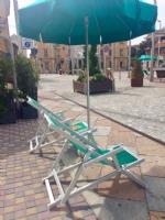 """NICHELINO - In piazza Di Vittorio arrivano sdraio e ombrelloni per lapertura dei """"Viali"""" - immagine 2"""