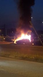 MONCALIERI - Paura al parcheggio del 45esimo parallelo: a fuoco due auto - immagine 2