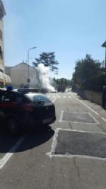 MONCALIERI - Auto in fiamme in strada Revigliasco. Salvo il conducente - immagine 2