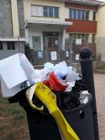 MONCALIERI - Il consigliere comunale pulisce davanti allasilo e trova quattro siringhe - immagine 2