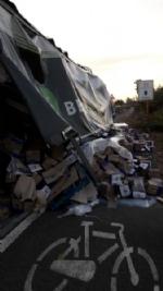 NICHELINO - Camion rischia di perdere il carico in via XXV Aprile. Disagi in zona Debouchè - immagine 9