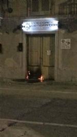CARMAGNOLA - Due negozi incendiati in via Fratelli Vercelli: i vigili del fuoco hanno trovato tracce di benzina - immagine 3