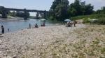 CARMAGNOLA - Appuntamento a «Carmagnola beach» per i forzati della tintarella, ma sulla spiaggia restano troppi rifiuti - immagine 3