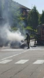 MONCALIERI - Auto in fiamme in strada Revigliasco. Salvo il conducente - immagine 3
