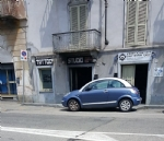 CARMAGNOLA - Due negozi incendiati in via Fratelli Vercelli: i vigili del fuoco hanno trovato tracce di benzina - immagine 4