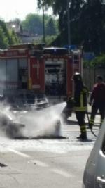 MONCALIERI - Auto in fiamme in strada Revigliasco. Salvo il conducente - immagine 4