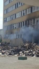 NICHELINO - Viberti ancora in fiamme: bruciano masserizie e rifiuti abbandonati  - FOTO - immagine 5