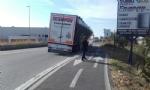 NICHELINO - Camion rischia di perdere il carico in via XXV Aprile. Disagi in zona Debouchè - immagine 6