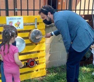 MONCALIERI - I bambini della Chaplin costruiscono giochi con materiale di recupero