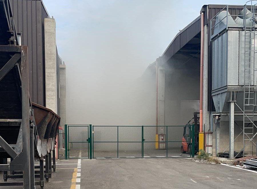 LA LOGGIA - Principio d'incendio all'esterno dei capannoni di una ditta che tratta rifiuti