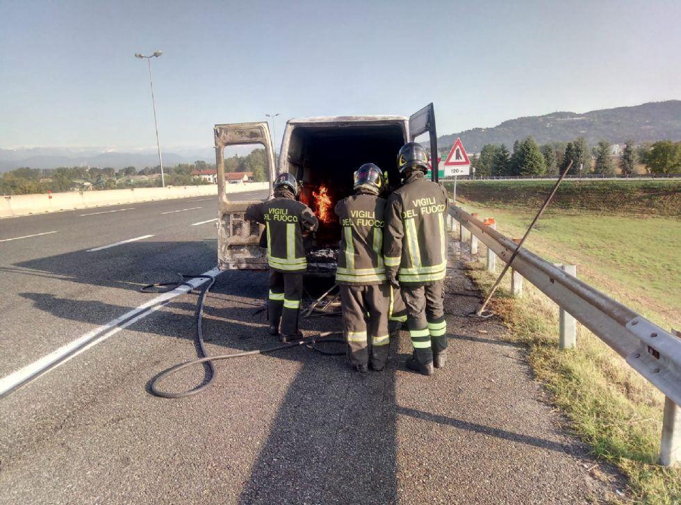 CARMAGNOLA - Va a fuoco un furgone in autostrada: caos e paura ma nessun ferito
