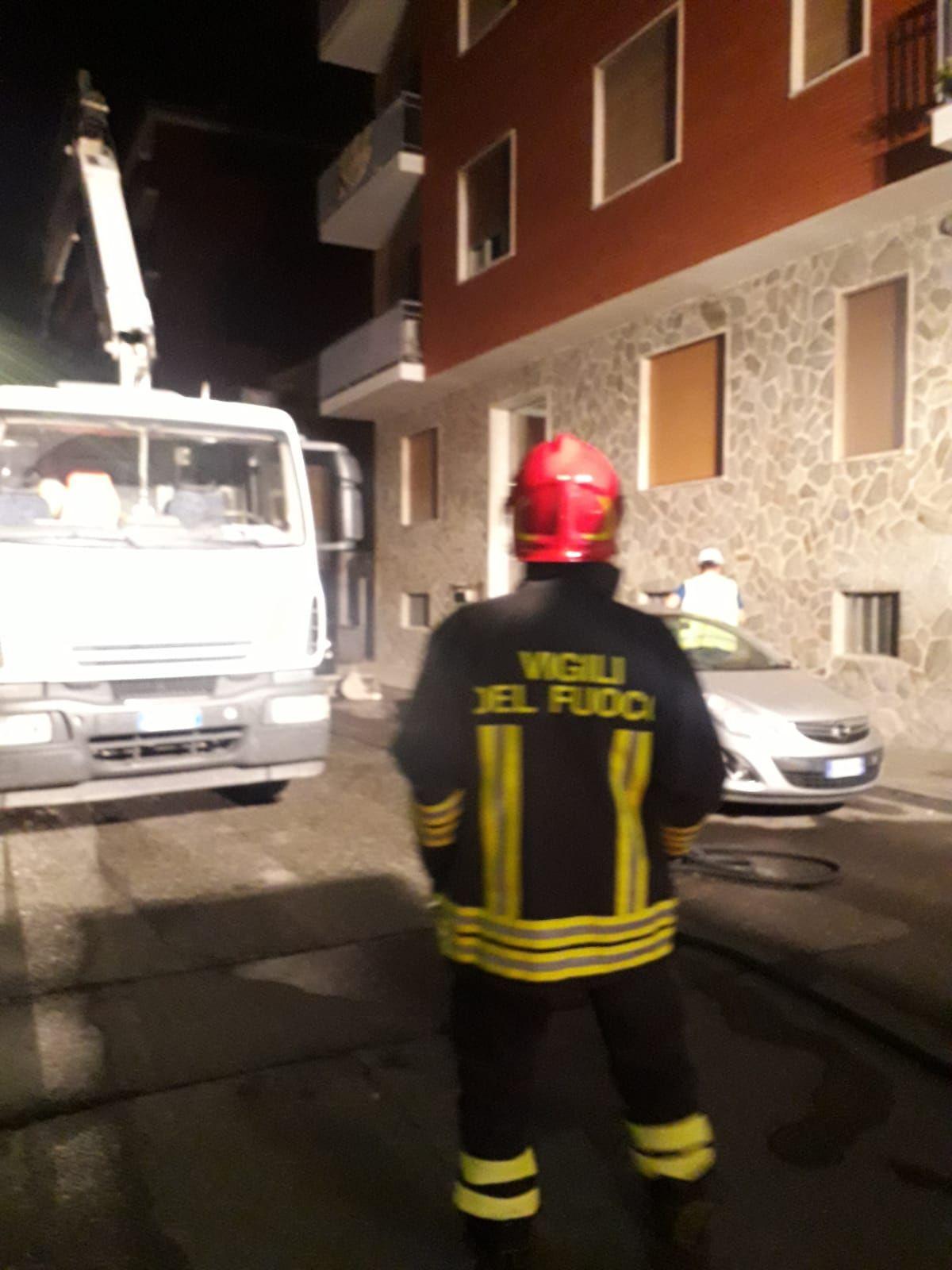 NICHELINO - Grave fuga di gas in via Alleati: vigili del fuoco la lavoro tutta la notte