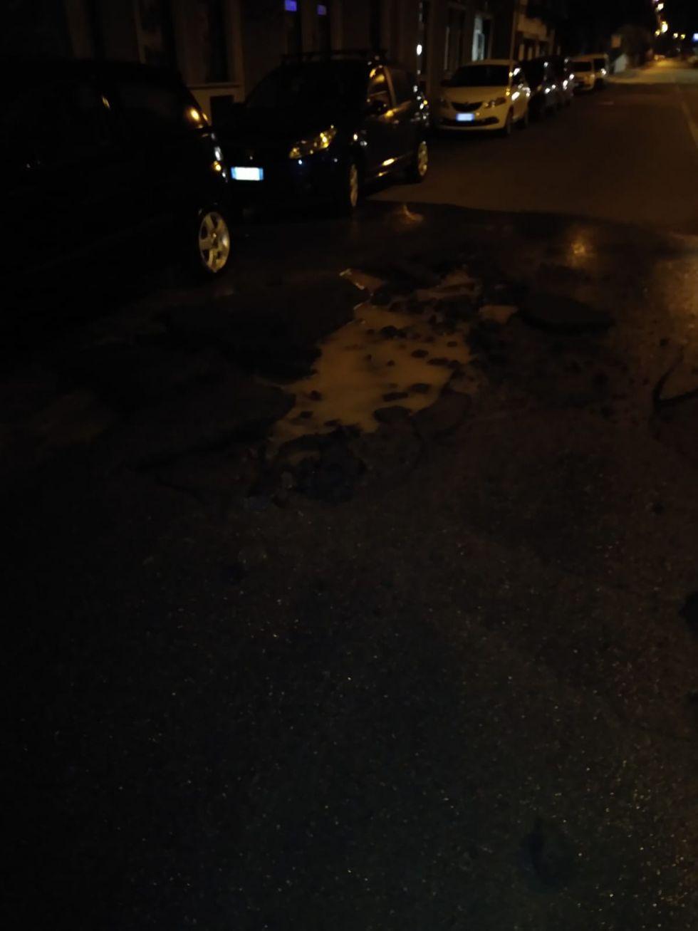MONCALIERI - Esplode il tubo dell'acqua e l'autobus finisce sulle auto parcheggiate
