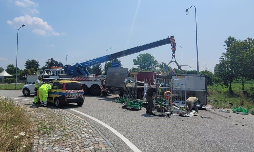 MONCALIERI - Si ribalta camion carico di frutta: corso Savona chiuso per le operazioni di soccorso
