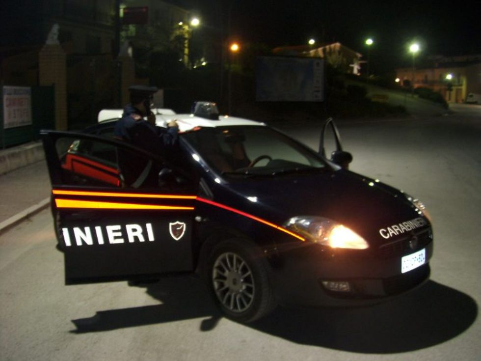 PIOSSASCO - Vuole la sua roba in casa dell'ex e gli sfascia le saracinesche: arrivano i carabinieri