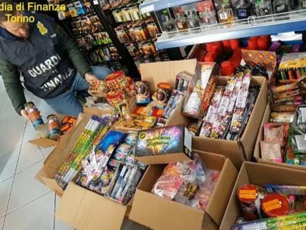 BEINASCO - La finanza sequestra 50 chili di fuochi d'artificio in un appartamento