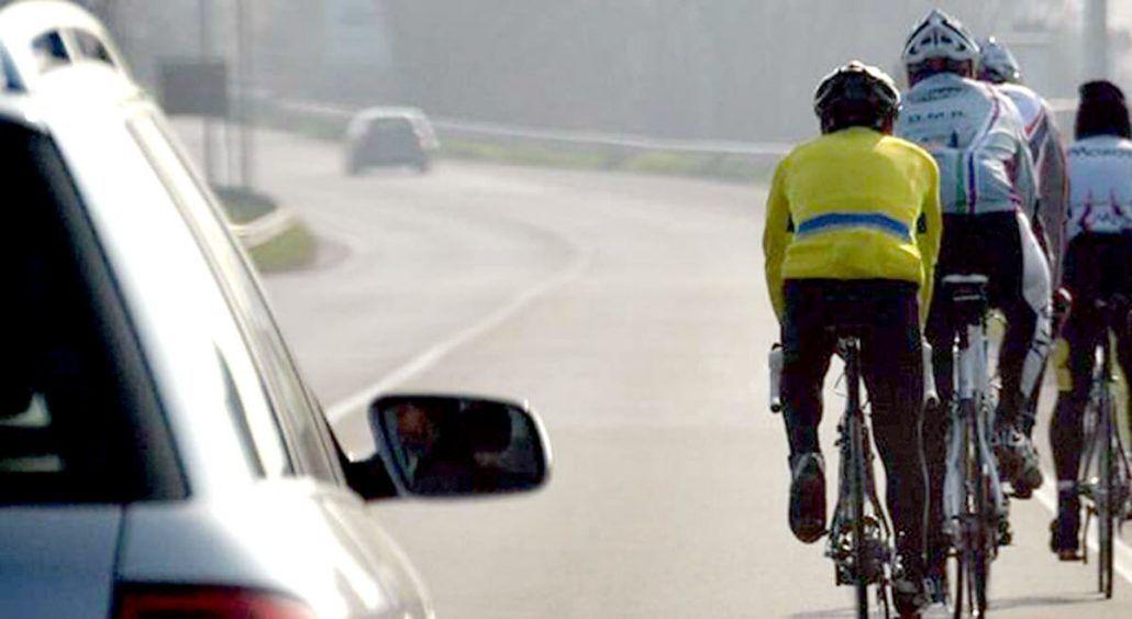 VINOVO - Lite tra ciclisti e automobilista: biker colpisce il parabrezza della vettura con un ramo d'albero