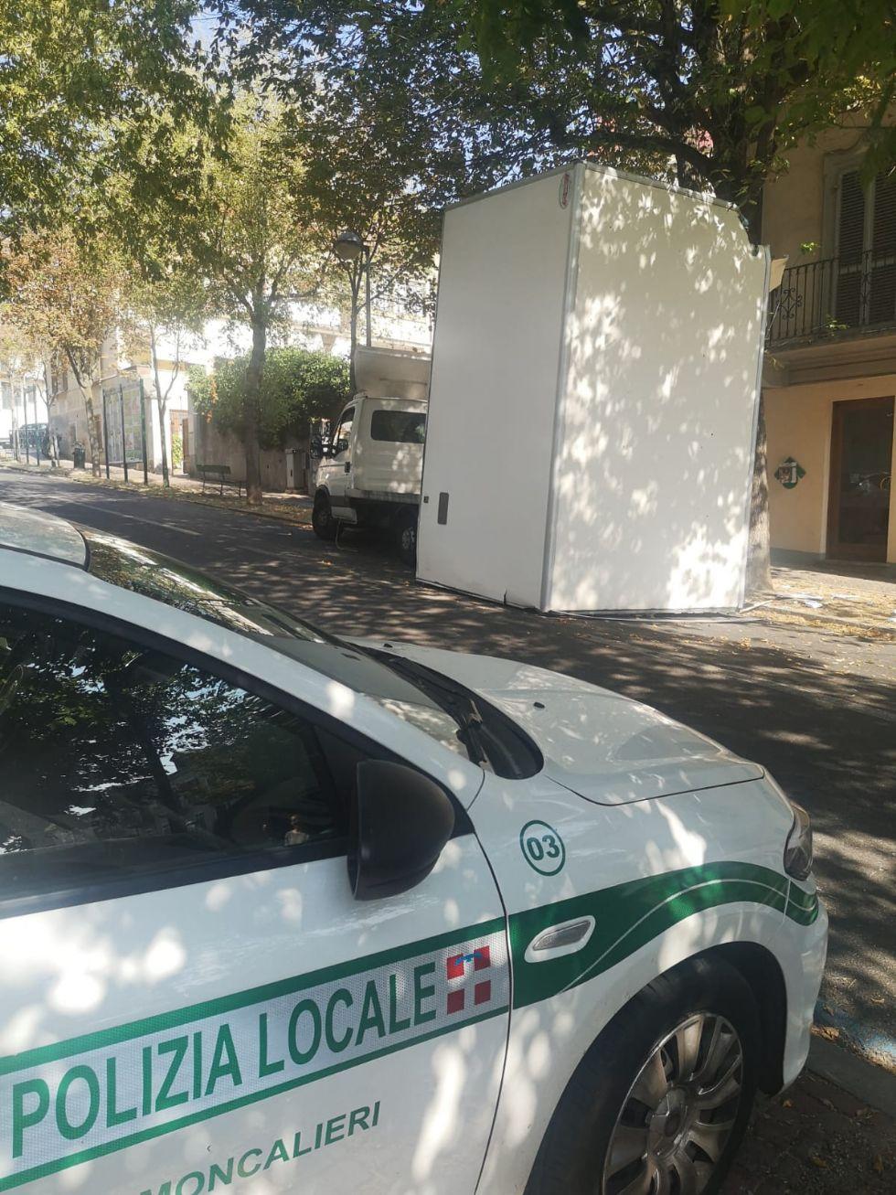MONCALIERI -  Porta il pane al Santa Croce e si incastra con il rimorchio sotto l'albero