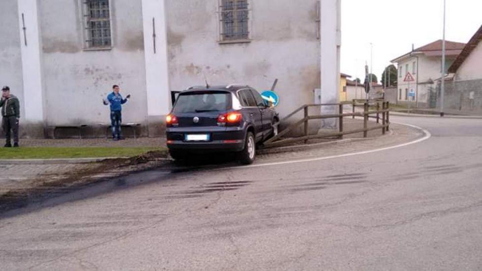VIRLE - Perde il controllo dell'auto e sfonda il muro della chiesa