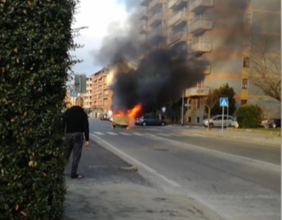 ORBASSANO - Rubano un furgoncino dei 'figli dei fiori' ma prende fuoco poco dopo