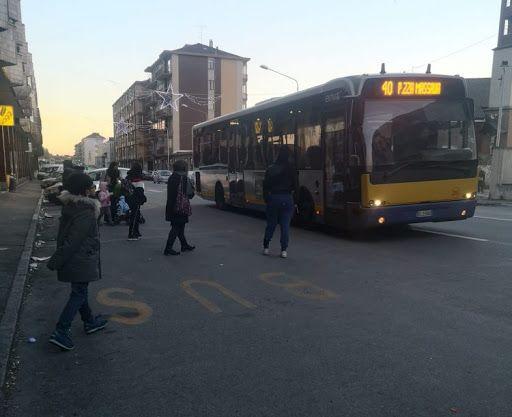 MONCALIERI - Bloccano l'autobus con la macchina e lo prendono a pugni minacciando l'autista