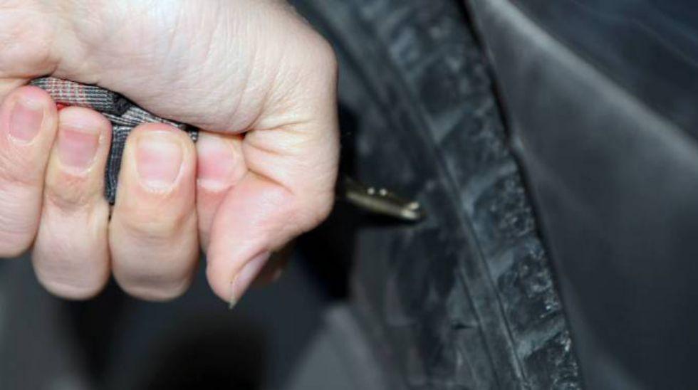 BEINASCO - Bucava le gomme delle auto per rubare le borse: arrestato algerino