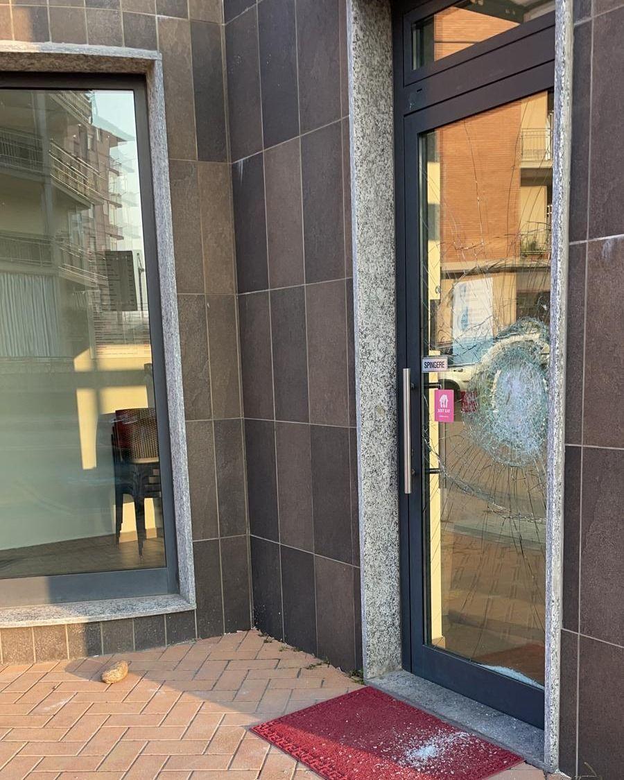 NICHELINO - Sfasciato da ignoti l'ingresso della nuova pizzeria in via Colombetto