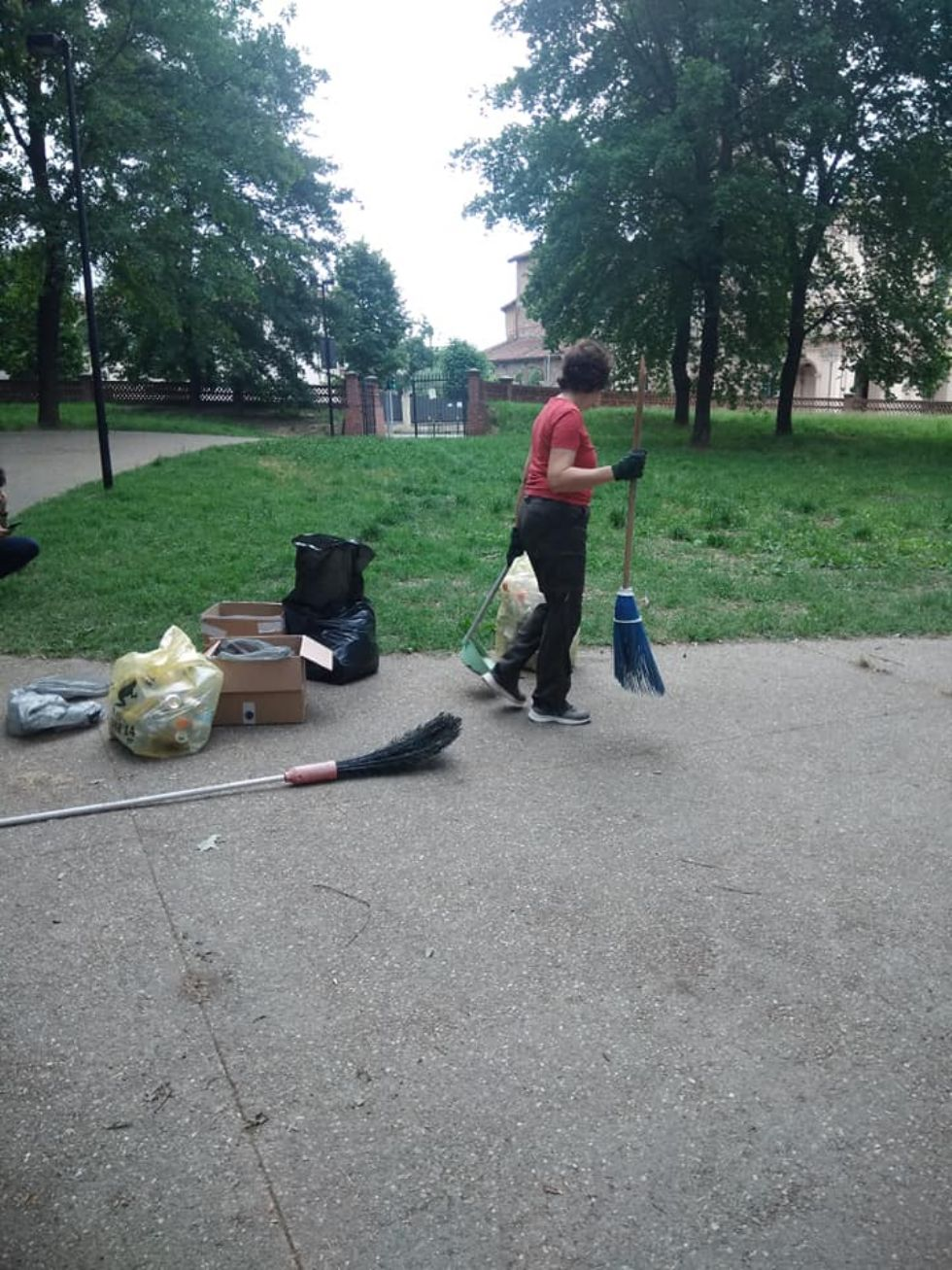 MONCALIERI - Il parco Lancia pieno di bottiglie e cartacce: lo ripuliscono i cittadini