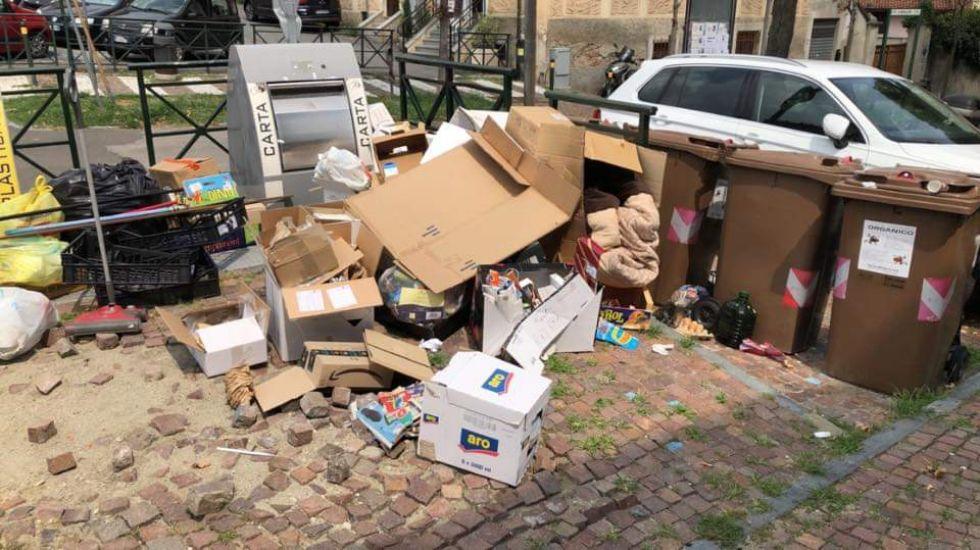 MONCALIERI - Maiali di nuovo in azione: rifiuti abbandonati sul marciapiede