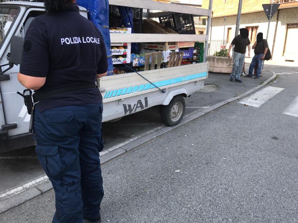 NICHELINO - Furgoncino dell'ortofrutta sequestrato dalla polizia locale